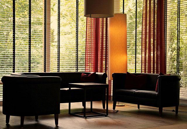 Modne aranżacje okien w salonie - Jak wybrać żaluzje do salonu