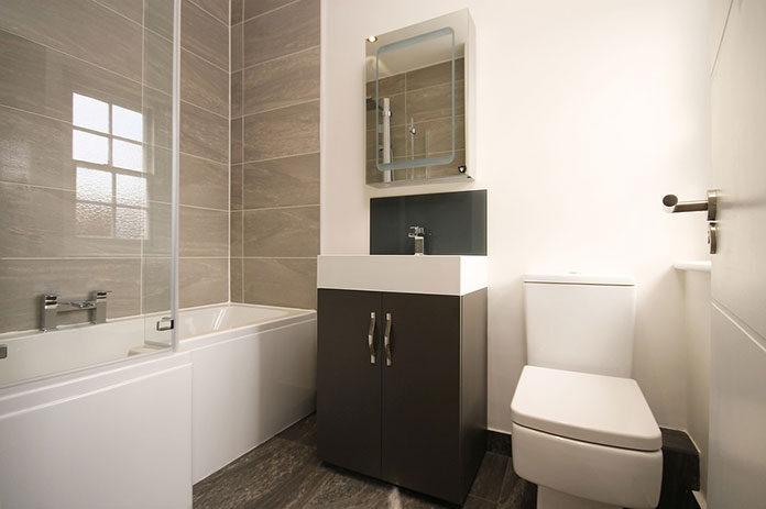 Mała funkcjonalna łazienka w bloku